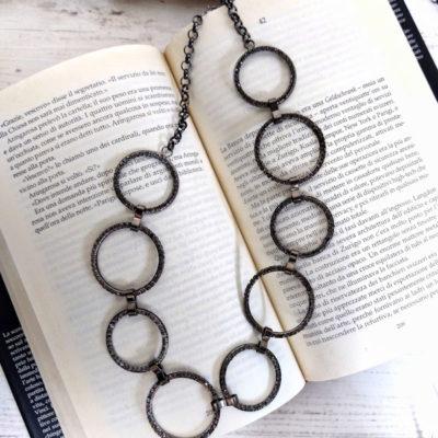 Collana catena midi con anelli di strasses su libro