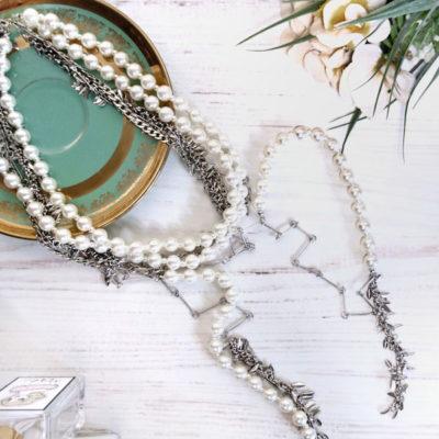 Collana girocollo perle bianche e pendenti bigiotteria