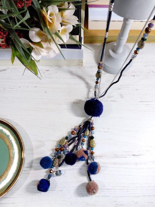Collana lunga perline e pendenti pon pon blu giallo arancio