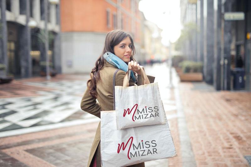 Ragazza che fa shopping nel negozio MissMizar con buste