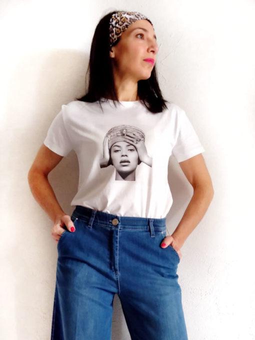T-shirt donna Kaos cotone stampa Beyoncè su jeans blu