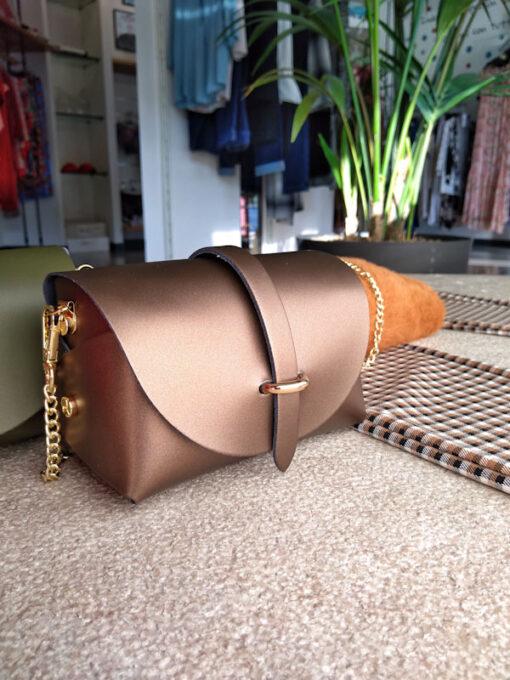 Borsa piccola in pelle liscia tracolla catena oro colore bronzo
