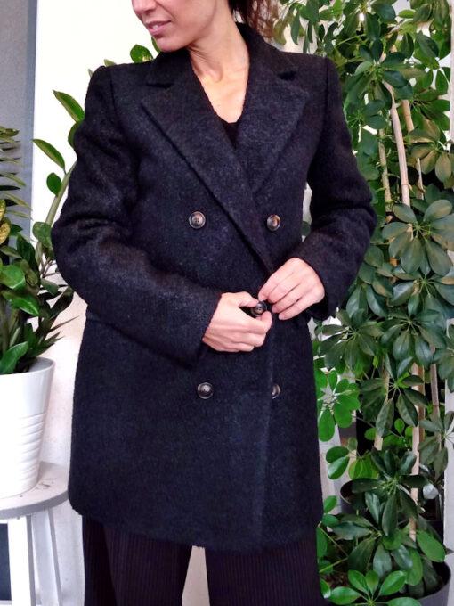 Cappotto donna nero bouclè collezione Kaos doppio petto dettaglio