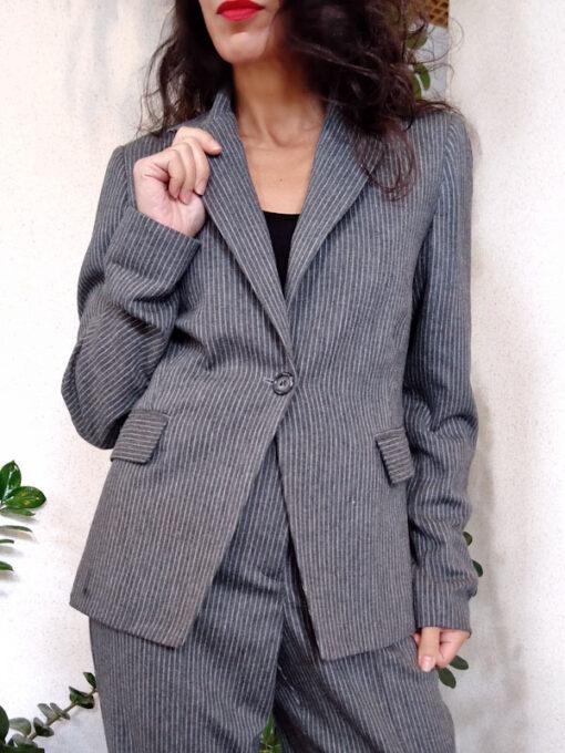dettaglio giacca donna grigio gessato collezione Kaos