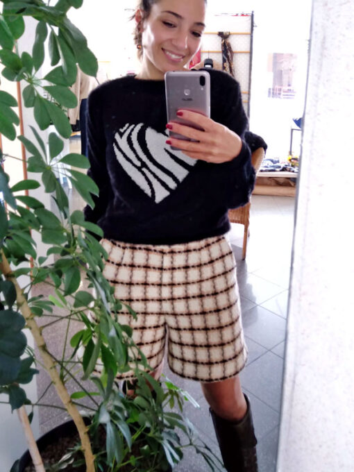 Shorts in tweed Kaos bianco e beige dettaglio outfit