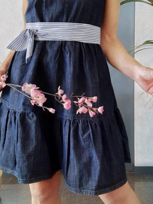 abito donna Kaos in cotone tipo jeans blu scuro scollo a V e dettagli volant a fondo gonna