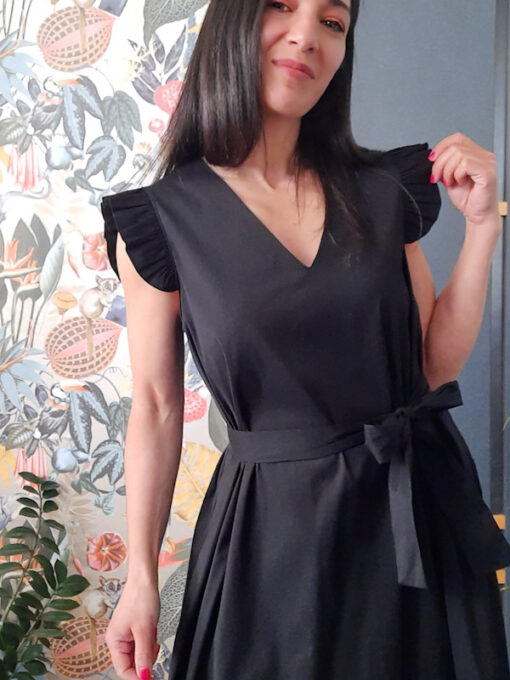 abito collezione Kaos in cotone con scollo a V e volant su spalla nero con cintura a fiocco in vita